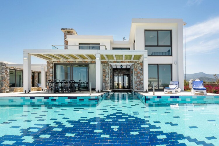 Wonderful duplex villa  7+1 with terraces and an infinity pool on the Mediterranean coast